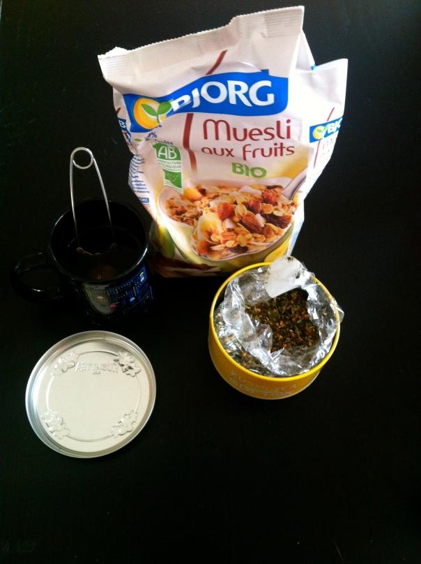 Organic muesli, Kusmi detox tea (green tea, guarana, maté, grapefruit)